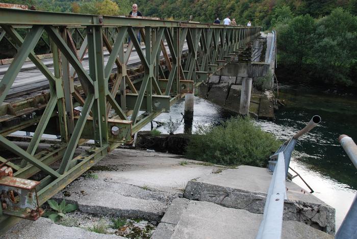 Tymczasowy most nad zniszczonym podczas wojny na Bałkanach mostem stałym